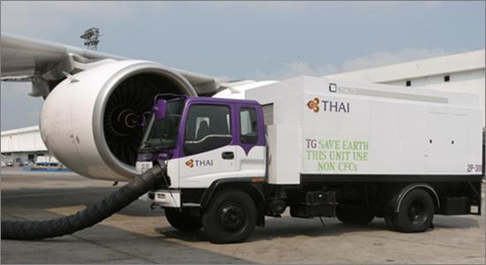 항공기에 에어콘 차량을 이용해서 냉각 공기 를 주입하는 장면