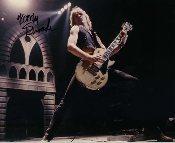 "Rhoads"" /> Randy Rhoads生平(一) 开始: Randy Rhoads于1956年12月6日生于加州圣塔莫尼卡地区的圣约翰医院,卒于1982年3月18日。从生到死,他的一生都是围绕着音乐在抒写传奇。他对于吉他世界的影响也许永远不会被完全地理解,但在摇滚世界的无数吉他手那里都能见到他的影子,还有古典吉他领域不少人其一生所受最大的音乐影响便是来自Randy Rhoads。 他的全名是Randall William Rhoads。他挚爱并理解音乐的源头可以追溯到他的慈母Delore"